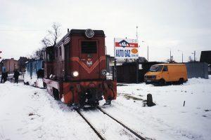 Pociąg techniczny prowadzony lokomotywą Lxd2-313. Odkuwanie z lodu przejazdu przed wjazdem na stację.