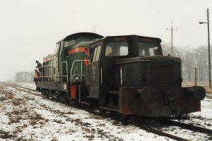 Koło Wąskotorowe. SM03-265 holowana do Konina.