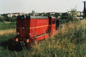 Lokomotywa Lxd-343 manewruje w wagonami pociągu osobowego.