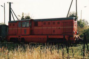 Pod halą parowozowni. Przed lokomotywą uwagę zwraca stelaż do zwor transporterowych.