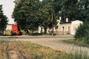 Lxd2-343 na tle dworca w Witkowie.