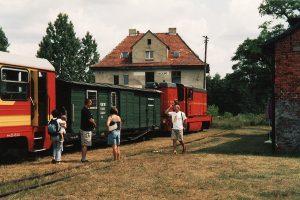 Pociąg rozkładowy na tle dworca w Anastazewie.
