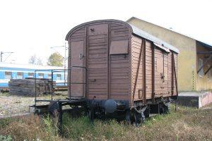Dwuosiowy normalnotorowy wagon kryty z XIX wieku.