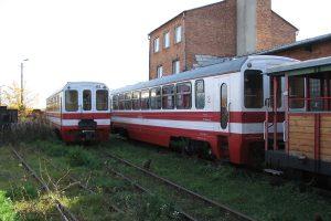 Zgromadzone wagony towarowe w Karczmirskach - wagony Bxhpi w klasycznym malowaniu..
