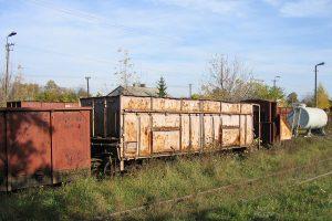 Zgromadzone wagony towarowe w Karczmirskach - węglarka typu górnośląskiego.