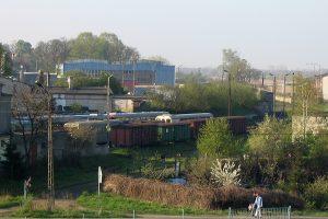 Widok na stację Gniezno Wąskotorowe i pusty plac po cukrownii.