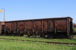 Wagon węglarka z odchylanymi burtami.