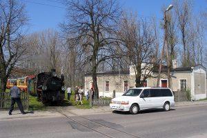 Przejazd przez ulicę radzieckiego pisarza Nikołaja Grigorijewicza Dworcowa na wyjeździe z witkowskiego dworca.