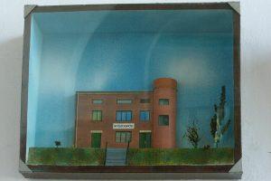 Prace plastyczne o tematyce kolejki w gablotach na terenie dworca Sochaczew.