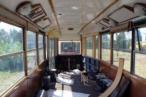 Historyczny zmodernizowany wagon typu 5N podczas renowacji.
