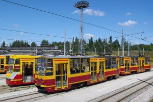 Czekające na wyjazd na linie wagony różnych wersji typu 805Na.