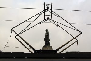 Tadeusz Kościuszko nadzorujący z góry zamieszanie na Placu.