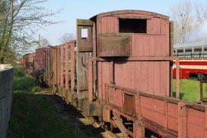 Rogów Wąskotorowy Towarowy - wagon Wddxh z kompletnym odeskowaniem pomostu hamulcowego.