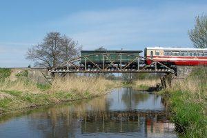 Brankard Fxh 4643 na moście nad rzeką Rawką.