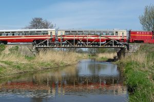 Wagon rumuński Bxhpi 00-450024 140-3  na moście nad rzeką Rawką.