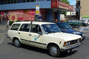 Kolejny Fiat 125p stylizowany na Nadzór Ruchu.