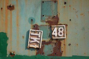 Jedyna tabliczka na parowozie TKt48-77 - było to zresztą jedyny już parowóz na otwartym terenie stacji.
