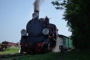 Pociąg historyczny gotowy do odjazdu.