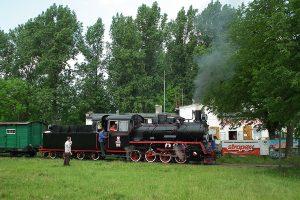Px48-191 na tle dworca w Witkowie.