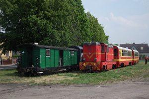 Pociąg ogólnosodtępny mija nasze wagony.