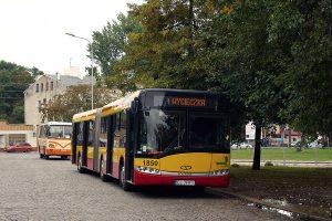 Wycieczkowy autobus na Placu Niepodległości.